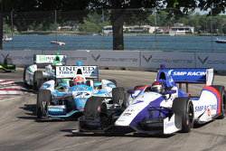 Mikhail Aleshin, Schmidt Peterson Motorsports Honda and James Hinchcliffe, Andretti Autosport Honda touch