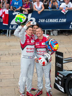 Lucas Di Grassi, Loic Duval, Tom Kristensen taking a picture at scrutineering