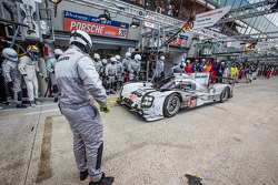 Pit stop for #20 Porsche Team Porsche 919 Hybrid: Timo Bernhard, Mark Webber, Brendon Hartley
