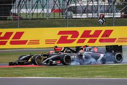 Pastor Maldonado, Lotus F1 E21 and Esteban Gutierrez, Sauber C33 collide