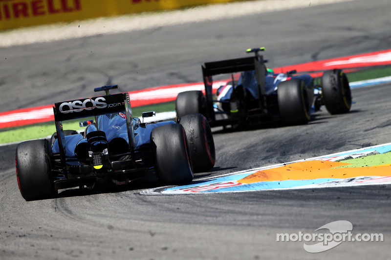 Esteban Gutierrez, Sauber C33 leads Jenson Button, McLaren MP4-29