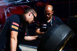 Scuderia Toro Rosso mechanics with Pirelli tyres