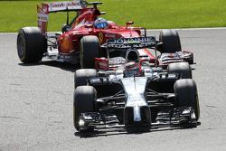 Kevin Magnussen, McLaren F1 and Fernando Alonso, Scuderia Ferrari