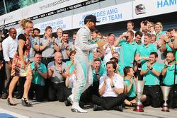 Racewinnaar Lewis Hamilton, Mercedes AMG F1, viert feest met zijn stiefmoeder Linda Hamilton, vader Anthony Hamilton, en het team