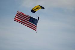 Paraquedista com bandeira dos EUA