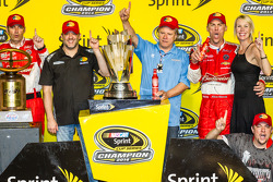 Race winner and 2014 NASCAR Sprint Cup series champion Kevin Harvick, Stewart-Haas Racing Chevrolet celebrates with Tony Stewart, DeLana Harvick and Gene Haas