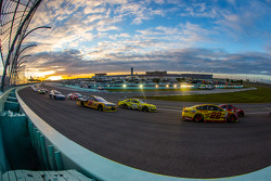 Kevin Harvick, Stewart-Haas Racing Chevrolet and Joey Logano, Team Penske Ford lead the field