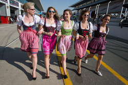 Bavarian - Austrian girls on pitlane
