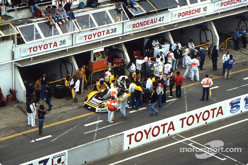 Pitstop for #38 Dome Dome 86C Toyota: Beppe Gabbiani, Eje Elgh, Toshio Suzuki