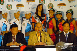 AVESCO chairman Tony Cochrane and part of the Chinese delegate at Eastern Creek to promote the Shanghai Round in 2005