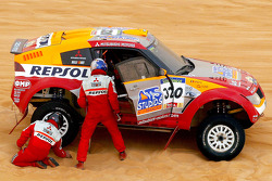 Tire change for Nani Roma and Henri Magne
