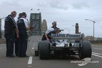 Williams-BMW event in Sydney: Williams-BMW team members prepare the WilliamsF1 BMW FW26