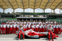Toyota photoshoot: Jarno Trulli and Ralf Schumacher pose with Toyota team