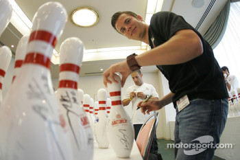 Indy drivers bowling competition: Dan Wheldon