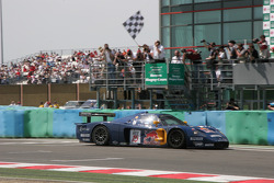 #15 JMB Racing Maserati MC 12 GT1: Karl Wendlinger, Andrea Bertolini takes the checkered flag
