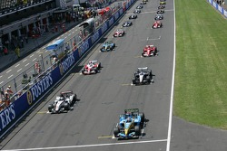 Start: Juan Pablo Montoya and Fernando Alonso battle for the lead