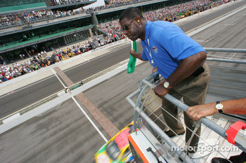 Grand Marshall Dennis Haysbert waves the green flag