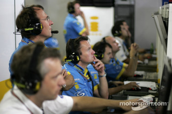 Renault F1 engineers at work
