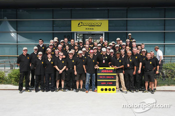 Jordan photoshoot: Tiago Monteiro and Narain Karthikeyan pose with Jordan team members