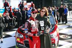 Polesitter Jeff Gordon, Hendrick Motorsports Chevrolet with wife Ingrid Vandebosch