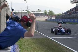 Ernesto Viso crosses the line to win