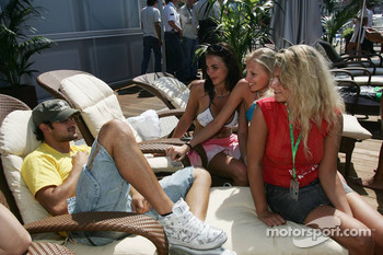 Vitantonio Liuzzi and Formula Una girls
