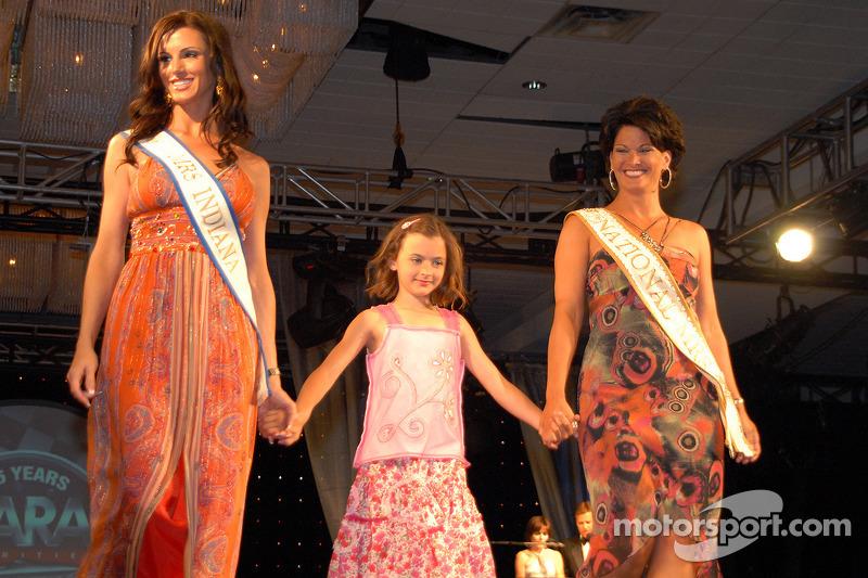 Mrs. Indiana 2006 Justine Kaldahl, National Mrs. 2005 Cheryl Applewhite Huizinga and daughter Holyn