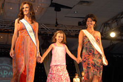 Mrs. Indiana 2006 Justine Kaldahl, National Mrs. 2005 Cheryl Applewhite Huizinga and daughter Holyn