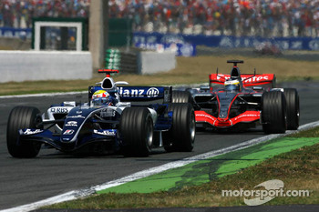 Mark Webber leads Pedro de la Rosa
