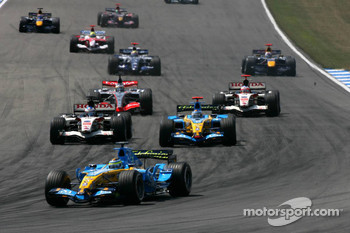 Start: Giancarlo Fisichella, Jenson Button and Fernando Alonso fight for position