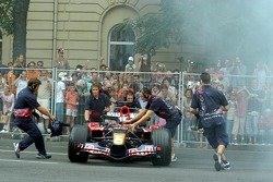 Running bulls rendez-vous in Budapest: Neel Jani with his crew