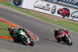 Jonathan Rea, Kawasaki, leads Chaz Davies, Ducati Team