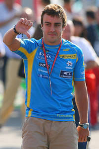 Fórmula 1 Fotos - Fernando Alonso gives a thumbs down to the FIA's decision to demote his grid position