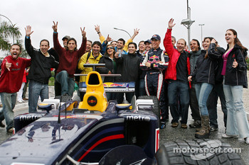 Red Bull Racing demo run in Sao Paulo: Michael Ammermuller, test team manager Anthony Burrows, Klaus Lukas and Dominik Mitsch with crew members, girls and fans