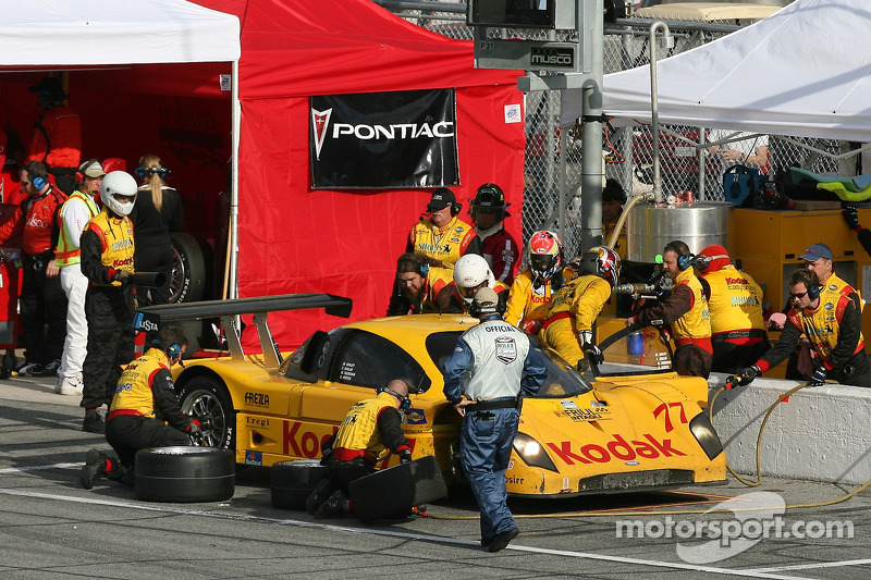 Pitstop for #77 Feeds The Need/ Doran Racing Ford Doran: Memo Gidley, Fabrizio Gollin, Michel Jourdain, Oriol Servia