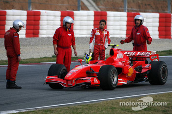 Felipe Massa stops on track on his first lap