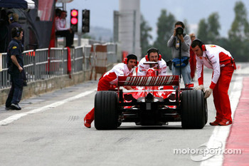 Kimi Raikkonen stops in the pitlane