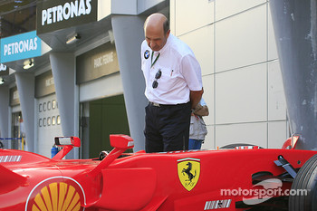Peter Sauber has a look at the Ferrari
