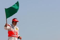 Vodafone Spain Go-Karting Challenge: Fernando Alonso, McLaren Mercedes, waves the green flag