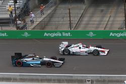 Helio Castroneves, Team Penske Chevrolet and James Jakes, Schmidt Peterson Motorsports Honda