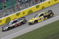 Kevin Harvick, Stewart-Haas Racing Chevrolet and Carl Edwards, Joe Gibbs Racing Toyota