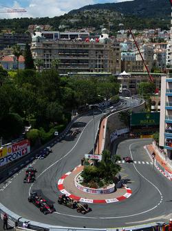 Pastor Maldonado, Lotus F1 E23 and Jenson Button, McLaren MP4-30 battle for position