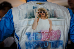 Tony Kanaan, Chip Ganassi Racing, Chevrolet, macht Werbung für Taylor Swift