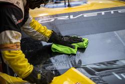克尔维特车队技师清理风挡