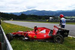 The damaged Ferrari SF15-T of Kimi Raikkonen, Ferrari