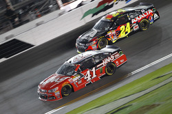 Kurt Busch, Stewart-Haas Racing Chevrolet and Jeff Gordon, Hendrick Motorsports Chevrolet