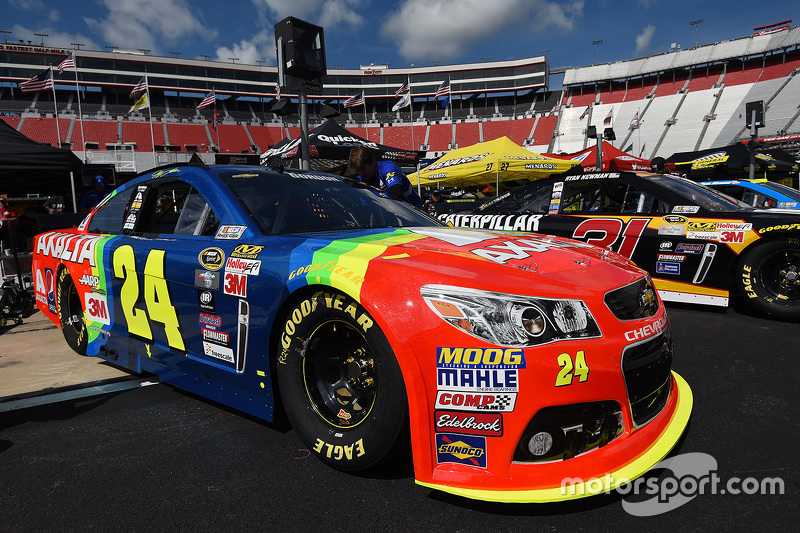 The throwback car of jeff gordon hendrick motorsports for What motor does nascar use