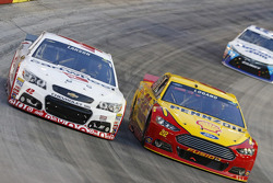 Kyle Larson, Chip Ganassi Racing Chevrolet and Joey Logano, Team Penske Ford