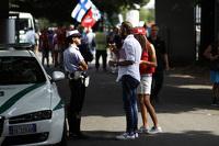 Policial fala com fãs