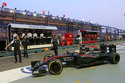 Fernando Alonso, McLaren MP4-30 no box